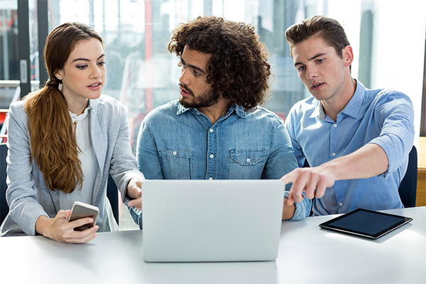 _0038_business-executive-discussing-over-laptop-in-meeti